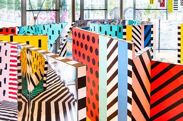 WALALA X PLAY er en labyrintisk kunstinstallation med mønstre, dristige farver og reflekterende oveflader, som lige nu kan opleves på NOW Gallery i London.