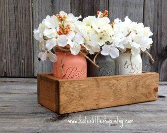 Boîte de planteur rustique avec 3 pots Mason peintes. En pots Mason. Accessoires décoration rustique. Vintage. Gris. Crème. Peach. Pièce maîtresse de table.