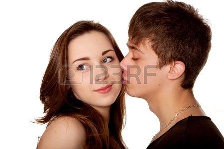 Aimer adolescents couple Boy embrasser une fille Isol sur fond blanc Banque d'images