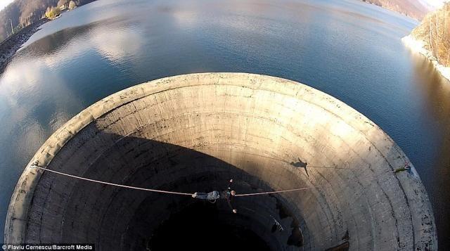 奈落の底に吸い込まれそうな、ダム穴の上での綱渡り