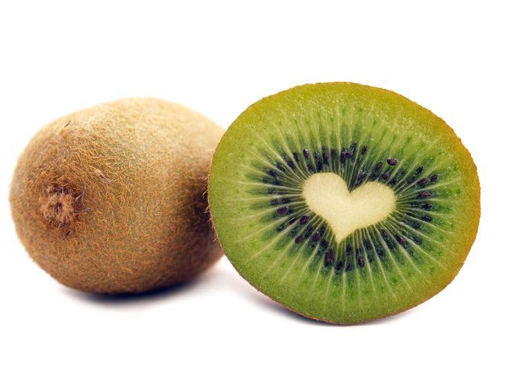 Vijf redenen om (dagelijks) een kiwi te eten:  - het activeert de spijsvertering en het uitscheiden van afvalstoffen  - de kiwi bezit het vermogen om de ontwikkeling van kankertumoren tegen te gaan.  - een kiwi is een rijke bron aan kalium; stabiliseert de bloeddruk (goed bij hoge bloeddruk)  - het verkleint de risico op dikkedarmkanker, staar en maculadegeneratie  - beschermt tegen hart- en vaatziekten en diabetes en versterkt het immuunsysteem  www.eetjegezond.nu