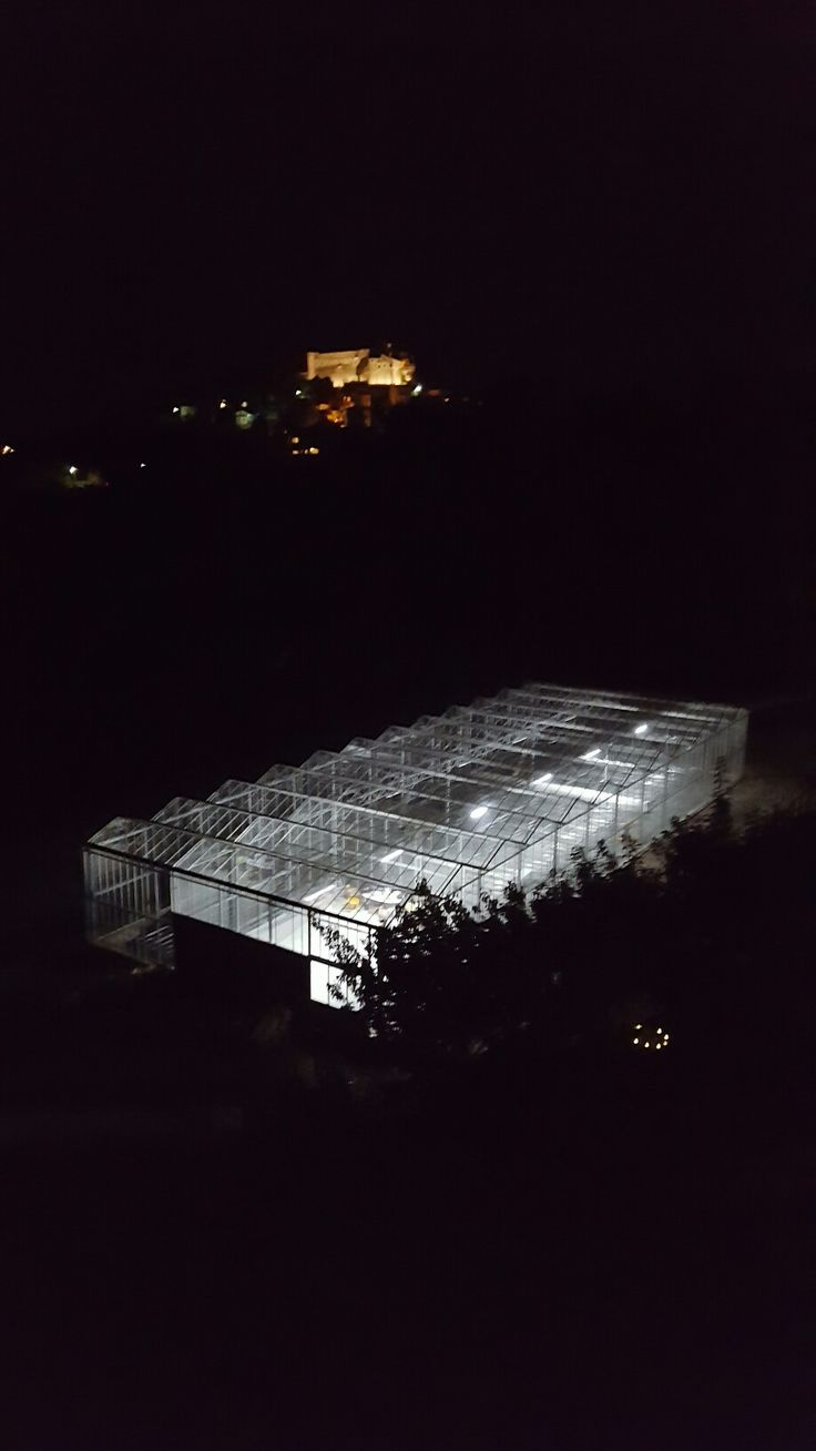Our aeroponic greenhouse by night #aeroponics #aeroponica #serraaeroponica #serra #greenhouse