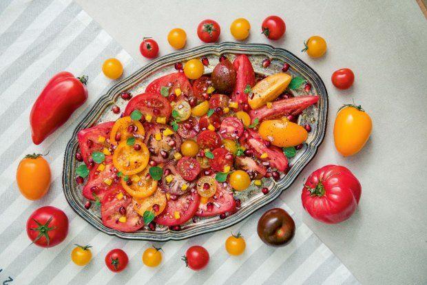 Sałatka pomidorowa z papryką i granatem