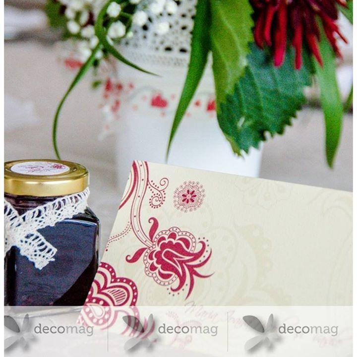 Dacă dorești să oferi invitaților tăi o mărturie unică și delicioasă poți opta pentru borcanelele miniaturale umplute cu bunătăți și accesorizate în funcție de tematica nunții tale! Le poți comanda în culori viu colorate sau pale cu miere dulceață sau șerbet! http://ift.tt/2wzSOiO