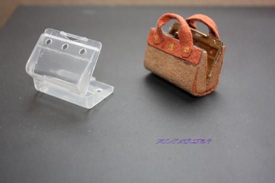Sacs - Tutoriels..hmm.. I have a few tiny plastic cases saved from odds n' ends - could make a tiny pencil box, or a briefcase, a mini laptop or a laptop case...kj