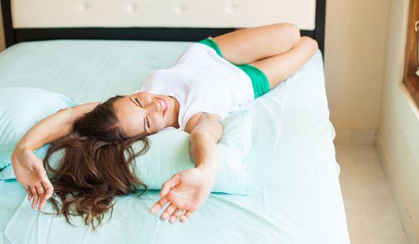 Fai semplici esercizi di stretching la mattina appena sveglio per allungare i tuoi muscoli e aumentare il flusso di ossigeno
