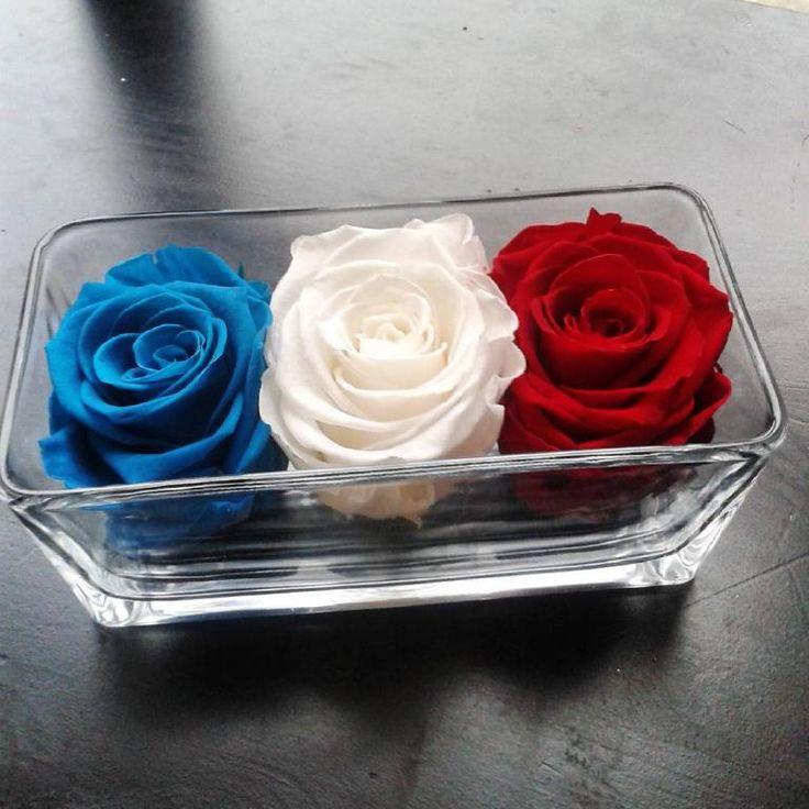 """VASE en verre et 3 ROSES éternelles """"bleu blanc rouge"""" En savoir plus sur http://www.artifleurs-fleurs-artificielles.com/boutique/fleurs-naturelles-preservees/#fsPhkea3ZMfJq6qR.99"""