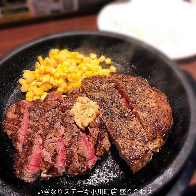 いきなりステーキ初挑戦😎 11時15分に来店したが、11時30分にはサラリーマンで満席(満立ち?) ステーキ150g+ハンバーグ150gの盛り合わせをオーダー🍖  1350円 ライス、サラダ(微量)、スープが付いてくる。 アツアツの鉄板にレア肉が乗せられてサーブされる。 早く食べないと、後半に肉が硬くなる。 このボリュームで、さすがのコスパである。 初めてだったので、盛り合わせにしたが、ステーキ一本でいったほうが良さそう。300gが基本とのことだが、食えるかな…。あごが疲れそう😅 ちなみに、向かいの筋肉質のお兄ちゃんは、慣れた感じで、ステーキ450gのライス抜きと黒烏龍茶をオーダー。  #東京ランチ  #神田ランチ  #小川町ランチ #神保町ランチ #肉 #ステーキ #ステーキランチ #いきなりステーキ