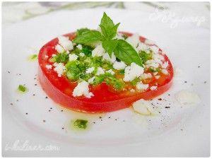 Закуска из свежих помидоров с сыром, базиликом и чесноком