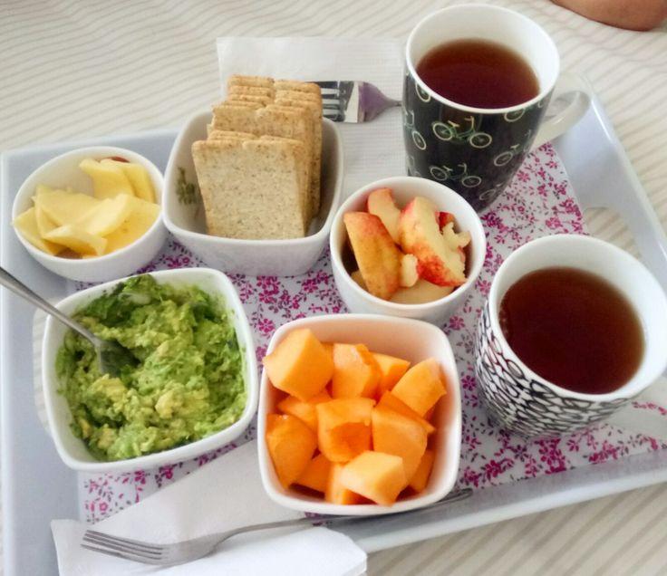 Desayuno con galletas de salvado, palta, queso, melón, duraznos y té ☕