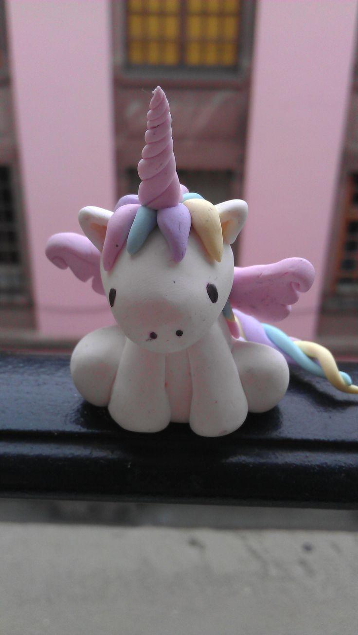 C'est un modelage un tout petit peu long à réaliser mais au final il est vraiment trop mignon! Je lui ai ajouté un goupillon pour en faire un porte-clés :) Pour donner vie à cette petite licorne ka...
