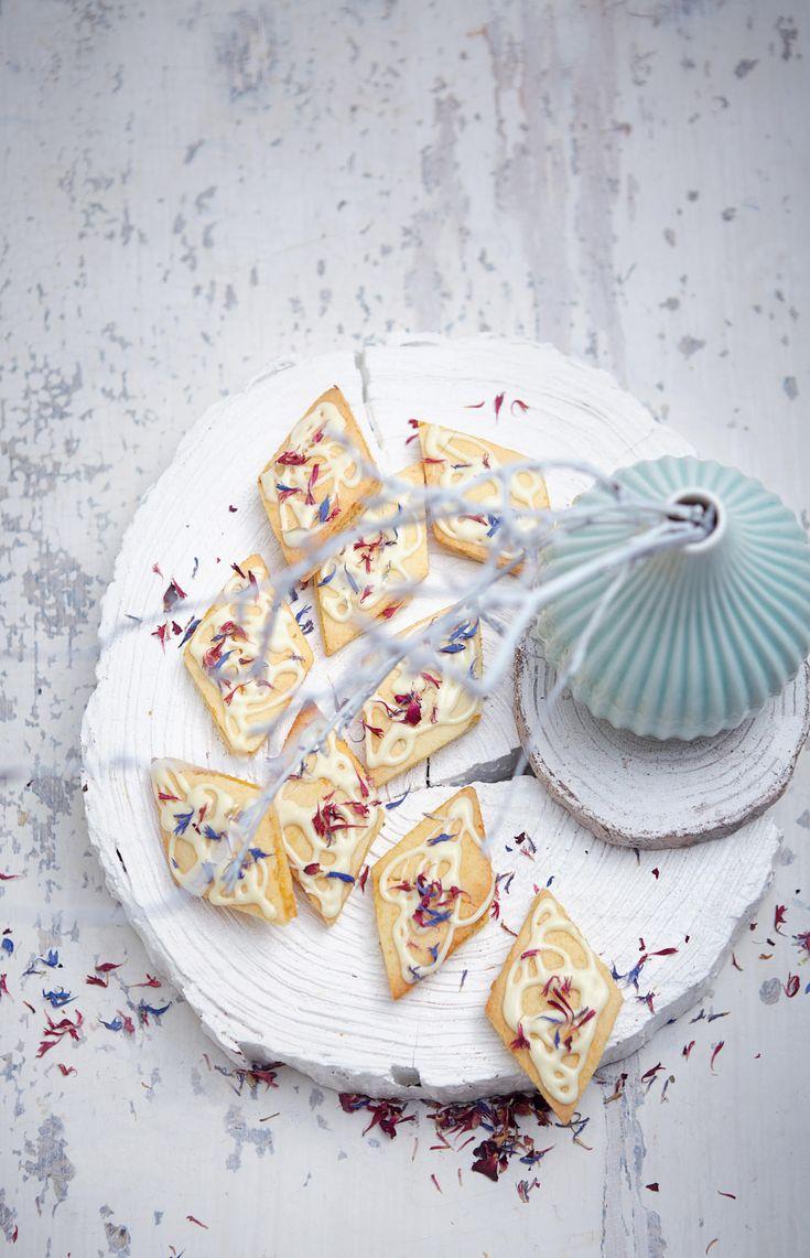 Diese fruchtig-frischen Mango-Marzipan-Rauten mit Blütenblätter-Deko sehen nicht nur umwerfend aus, sondern sind auch geschmacklich erste Sahne.