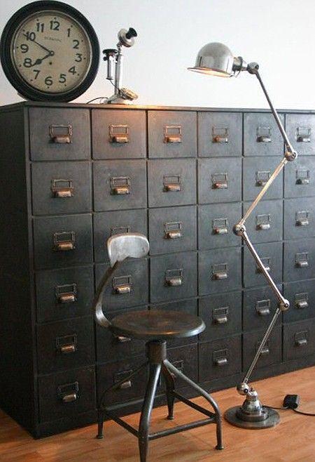 Mooie lamp bij archiefkast En mooie donkere kleur grijs Dream industrial design