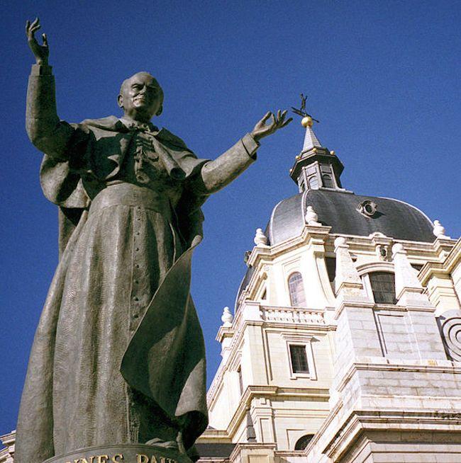 La statue de Jean-Paul II à #Madrid  DIAPORAMA : TOUR DU MONDE DES 20 STATUES DE JEAN PAUL II  http://www.lumieresdelaville.net/2014/04/27/tour-du-monde-des-statues-de-jean-paul-ii/  #canonisationsRome2014 #canonisations #vatican #canonization