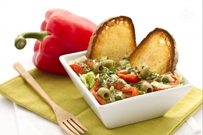 L'insalata di sedano e peperoni è un contorno sfizioso e saporito. Veloce e semplice da preparare.