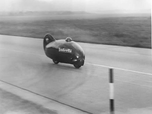 1951年8月8日、レーシングパイロットロモロ・フェッリ (Romolo Ferri)を乗せ、スクーターカテゴリ最速の時速201kmを記録したランブレッタ (Lambretta)社の「ランブレッタ・レコード (Lambretta Record)」