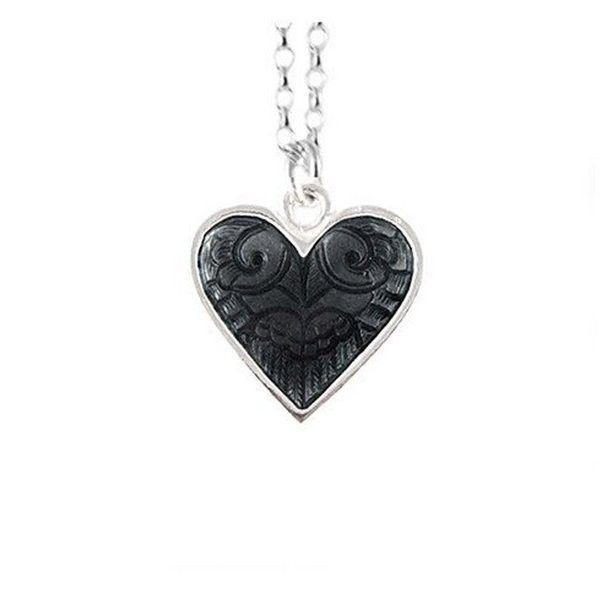 Lovebirds anheng, håndgravert 925 sølv med emalje. Leveres med gaveeske. Les mer om smykkets skjulte motiv under produktinfo.