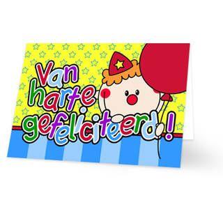 Een verjaardagskaart voor een kind van een clown met een ballon in zijn hand. Naast de clown staat de tekst ''Van harte gefeliciteerd!'' in gekleurde letters. De achtergrondkleur is geel met groene sterretjes. Onderaan loopt een balk met blauwe strepen. Aan de binnenkant is de achtergrondkleur wit met onderaan dezelfde balk en rechts het clowntje.