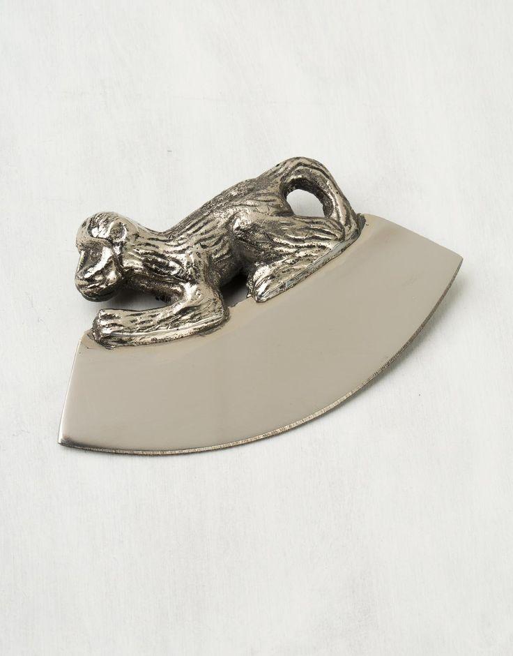 Dekorativ och praktisk örtkniv i rostfritt stål med en glad liten apa som handtag. En perfekt present eller julklapp till den som har allt.