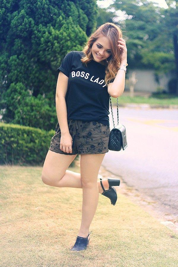 Look short bordado, camiseta com frase Boss Lady, salto com tachas, bolsa preta Chanel.