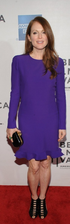 Who made Julianne Moores purple long sleeve dress, black clutch handbag, and black shoes that she wore in New York on April 26, 2013?