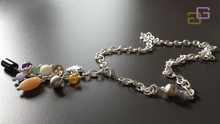 Collana con elegante catena arricchita di perla in argento, ciondolo di pietre dure multicolor disposte a grappolo , cristalli e cuoricino di metallo anticato.