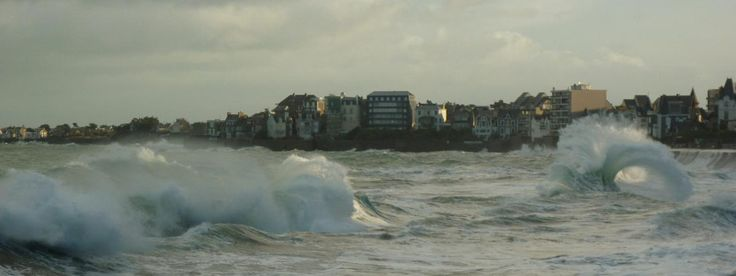 Les vagues à Saint-Malo (Ille-et-Vilaine) après les premiers coups de vent, le 18 novembre 2016.   MAXPPP