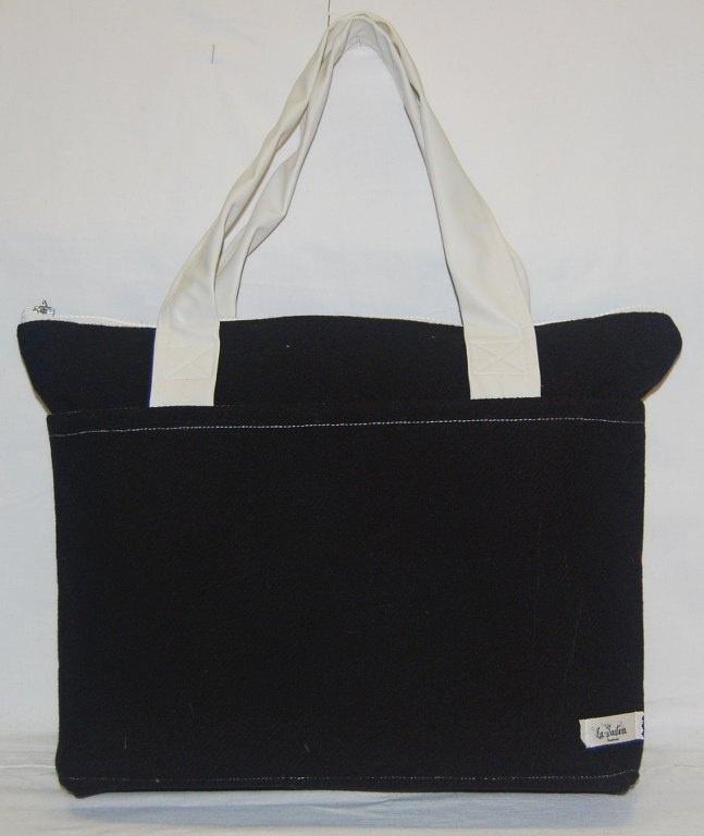 Nisha – Borsa grande a spalla realizzata in tessuto nero in lana.  La borsa è stata lavorata per ottenere rigidità che assicura anche una maggior tenuta. I manici  in ecopelle bianca sono cuciti a macchina e fissati alla borsa mediante doppia cucitura. (etc.)  Realizzata interamente a mano. Modello unico