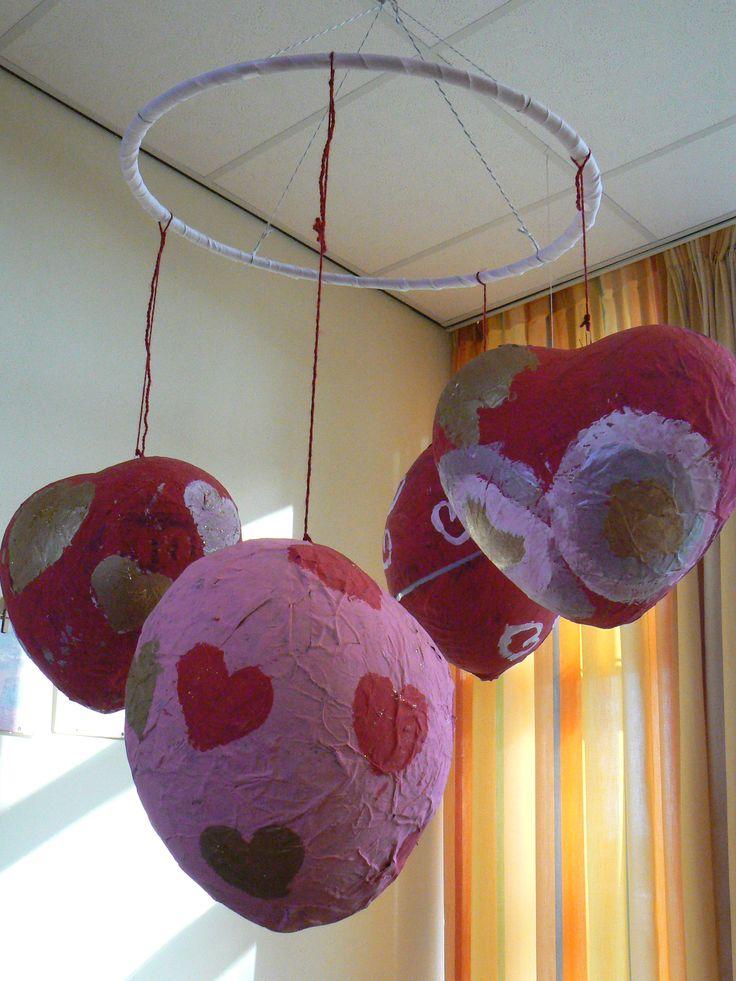 Ballonnen (hartjes) met papiermache beplakken. Daarna beschilderen.