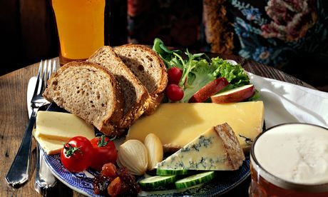 A PLOUGHMAN'S LUNCH. FANTASTIC SITE ON HOW TO EAT  WHAT CONSTITUTES A PLOUGHMAN'S LUNCH. SOME GOOD IDEAS.