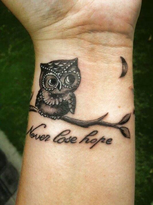 Tatuaggio interno polso piccolo gufo con frase