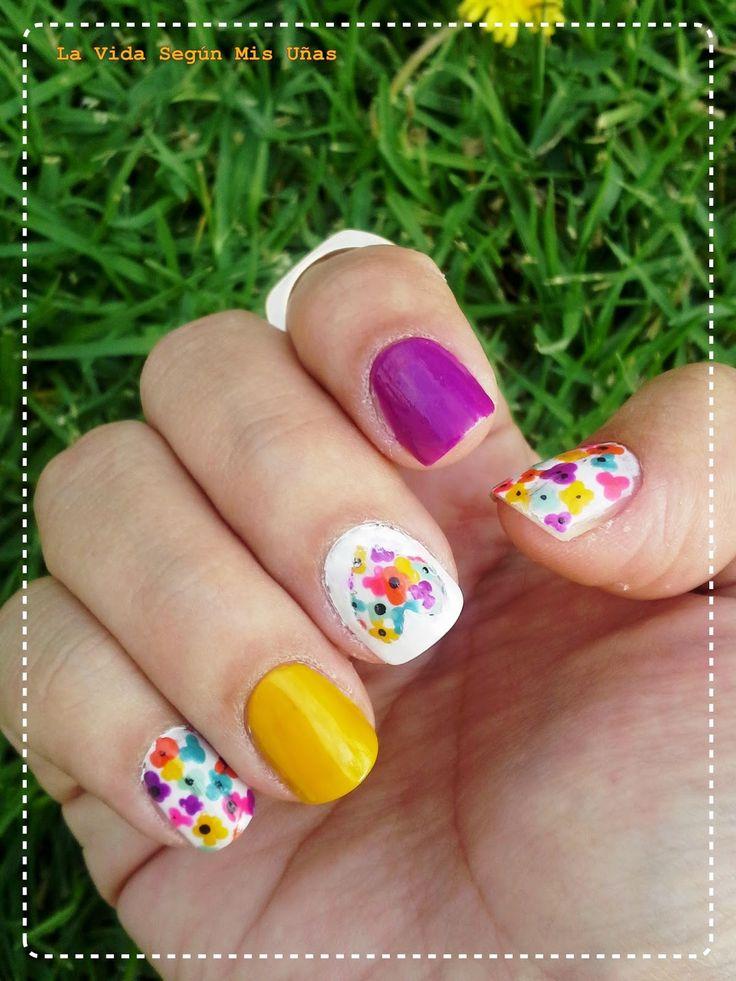 uñas decoradas con flores color amarillo
