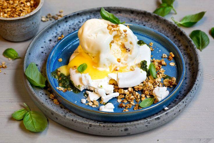 Hjemmelaget is servert med sitronkrem på individuelle små pavlova. Bedre dessert må du lete lenge etter. Husk at isen må stå i fryseren i minst 6 timer.