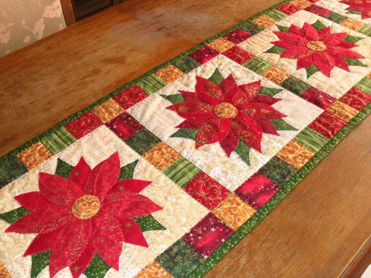camino de mesa con flores de pascua en quilting,totalmente hecho a mano