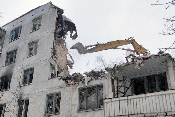 Снос хрущевок и оконный рынок: точка роста и падения Правительство Москвы приступило к активной подготовке к реализации заключительного этапа программы по сносу столичных пятиэтажек, которую планируется завершить в 2018 году, и строительству новых домов для переселения жителей хрущевок.  http://amp.gs/YFVQ http://amp.gs/YFV5
