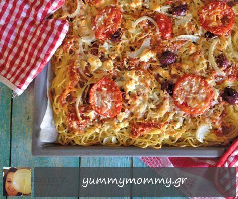 """Χωριάτικη πίτσα-μακαρόνια Σήμερα γάμος γίνεται ανάμεσα στην πίτσα και στα μακαρόνια! Μία διαφορετική και πολύ-πολύ νόστιμη συνταγή από τη Νικολέττα. Η σάλτσα της πίτσας είναι η ξακουστή """"χωριάτικη σαλάτα"""". Μύρισε καλοκαίρι..."""