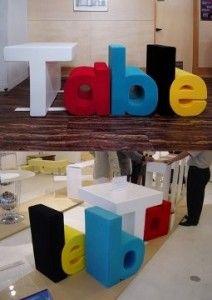 """Questo set si chiama """"Table"""" ed è composto da un tavolo dalla forma di t, da uno sgabello a forma di e da altre due sedute che insieme compongono la parola Table.  In questo modo si può giocare ad accostare le diverse lettere dando vita a diverse parole, come belt che vuol dire cintura, o bleat, belare, un modo per imparare un po' di inglese.  Un idea del designer Toshinori Kamiya del Kamiya Design."""