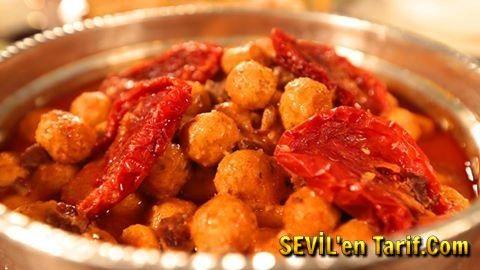 Nursel'in Mutfağı Kısır Köftesi Tarifi... Nursel'in Mutfağı'nda Zeliha Erkaya Yozgat yemekleri yapıyor. Nursel'in Mutfağı'nda yapılan Kısır Köftesi'nin tarifi aşağıdadır.  Malzemeler:  500 gr. dana kuşbaşı Yarım çay bardağı sıvıyağ 2 kaşık domates salçası 1 çay kaşığı tuz 3-4 adet domates kurusu  Köfteleri için:  2,5 bardak ince bulgur 1 bardak irmik 1 kaşık biber salçası 1 kaşık domates salçası 2 adet yumurta 1 kaşık un 1 çay kaşığı toz biber 1 çay kaşığı pul biber 1 çay kaşığı kekik 1…