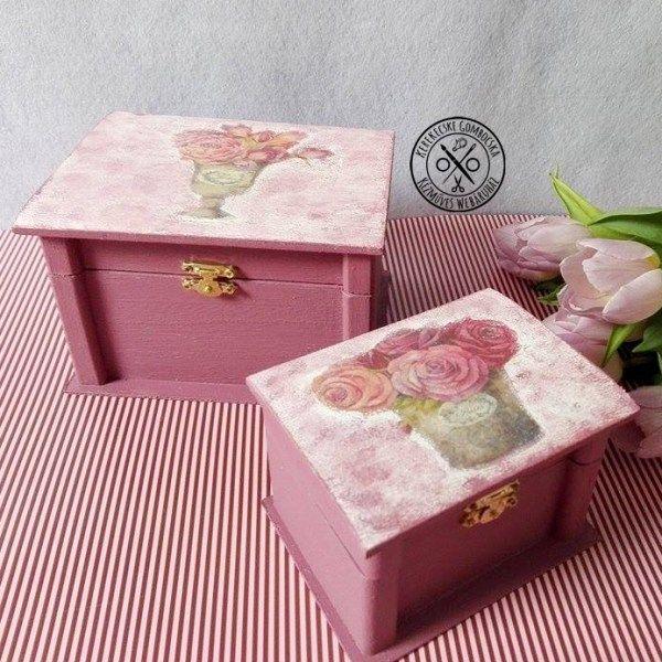 Szederszínű, virágos ládika szett - 6890 Ft  2 db elegáns, fából készült doboz szederszínben, virágos dekorációval, összemosott színhatással, aranyszínű záróelemmel. Praktikus tárolók, ajándéknak is remek. A kisebb doboz méretei: magasság: 8 cm, szélesség: 12 cm, mélység: 9 cm A nagyobb doboz méretei: magasság: 10 cm, szélesség: 16 cm, mélység: 13 cm Csak szettben vásárolható meg.