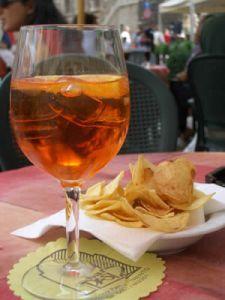 Hoe maak je een Spritz Aperol, een typisch Italiaanse aperitief   Aperitieven, digestieven & dranken