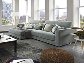 Sofá de tres plazas con chaise longue XL de gran amplitud. BCN es un sofá con una gran comodidad gracias al relleno de sus cojines y a la gran confortabilidad de su respaldo. Diseñado con asientos de gran tamaño que aseguran la libertad de movimiento.  . Sofá de estilo chill out con la máxima capacidad. Disponible en 2, 3 y 4 plazas, chaise longue, puff y butaca. Incluye múltiples cojines para cada plaza.