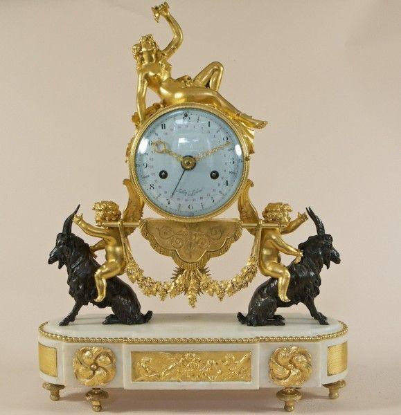 Reloj Louis XVI de mármol blanco, bronce, reloj de repisa de chimenea, el disco firmó Folin un París, mano de fecha concéntrica, el tambor apoyado en dos querubines a horcajadas sobre cabras de bronce, el arco terminó la base de mármol con placa de inserción y montajes, superados por bacchante desnudo reclinable. Hacia 1780