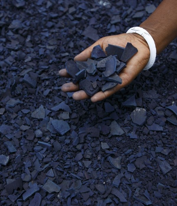 How Are Indigo Shibori Textiles Made / flakes of sun dried indigo are ready to be powdered - Decorator's Notebook