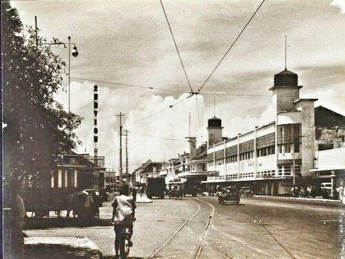 Het Savoulkoul-blok (met torens) op de Toedjoengan Soerabaja 1950.