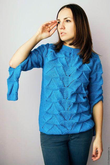 Купить или заказать Вязаный свитер с чешуйками 'Flakes' в интернет-магазине на Ярмарке Мастеров. . Цвет: морской волны Материал: 60% шерсть, 40% акрил Размер: S,M,L Параметры: длина спереди – 60 см, длина сзади – 65 см, длина рукава – 59 см Креативный свитер ручной работы. Для тех, кто предпочитает стильные и необычные дизайнерские решения. Женский свитер представлен в цвете морской волны, насыщенном голубом. Объемный узор напоминает чешуйки. На локтях разрезы.