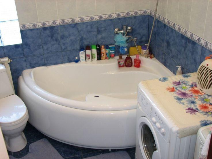 Угловая ванна также экономит свободное пространство