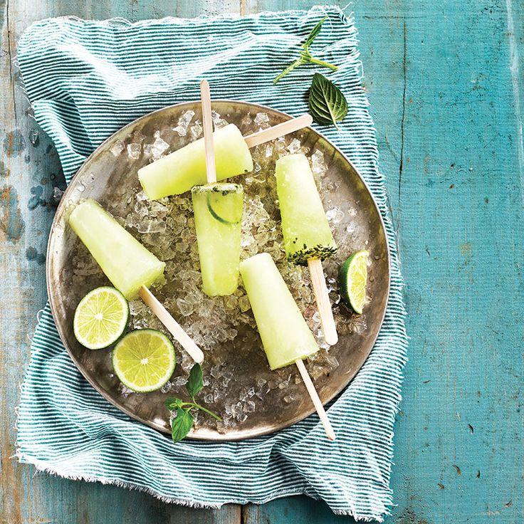 Mojito en sucette / La façon la plus rafraîchissante de déguster le fameux cocktail cubain, c'est sous forme de sucette glacée. Les invités vont adorer !