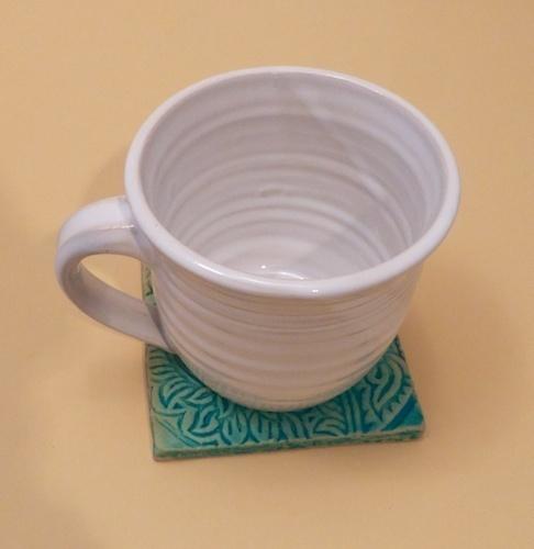 Eine Tasse für Tee, Kaffee,oder Kakao. Die Tasse ist Spülmaschinen und Mikrowellengeeignet.  Dazugehöriger Untersetzer, Fliese