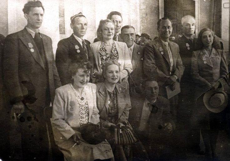 Вручение наград актерам театра Музкомедии. Ленинград, 1945 год.