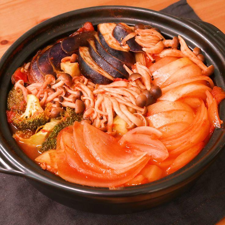 「旨味抜群!鶏団子とたっぷり野菜のトマト鍋」の作り方を簡単で分かりやすい料理動画で紹介しています。鶏団子と野菜の旨味抜群! 寒い冬にぴったりなトマト鍋です。 しめは中華麺とチーズを入れて、あつあつをお召し上がり下さい。 また、鶏団子を鳥もも肉などに変えても美味しくお召し上がり頂けますので、是非お試し下さい!